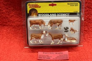 2767 Woodland Scenics O scale Hereford cows figures